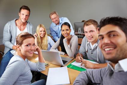 Glückliche Studenten mit Dozent im Seminar an der Uni